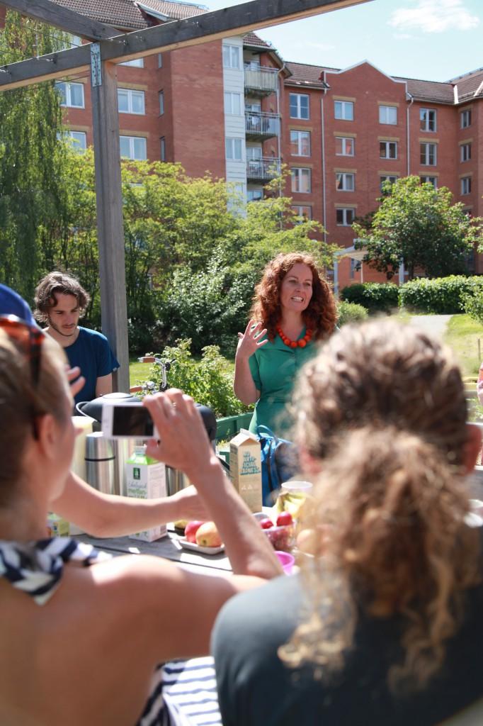 Matparken, Skarpnäck. Anna Maria berättar om sitt app-projekt. Gröna linjen cykelsafari ©Ulrika Flodin Furås
