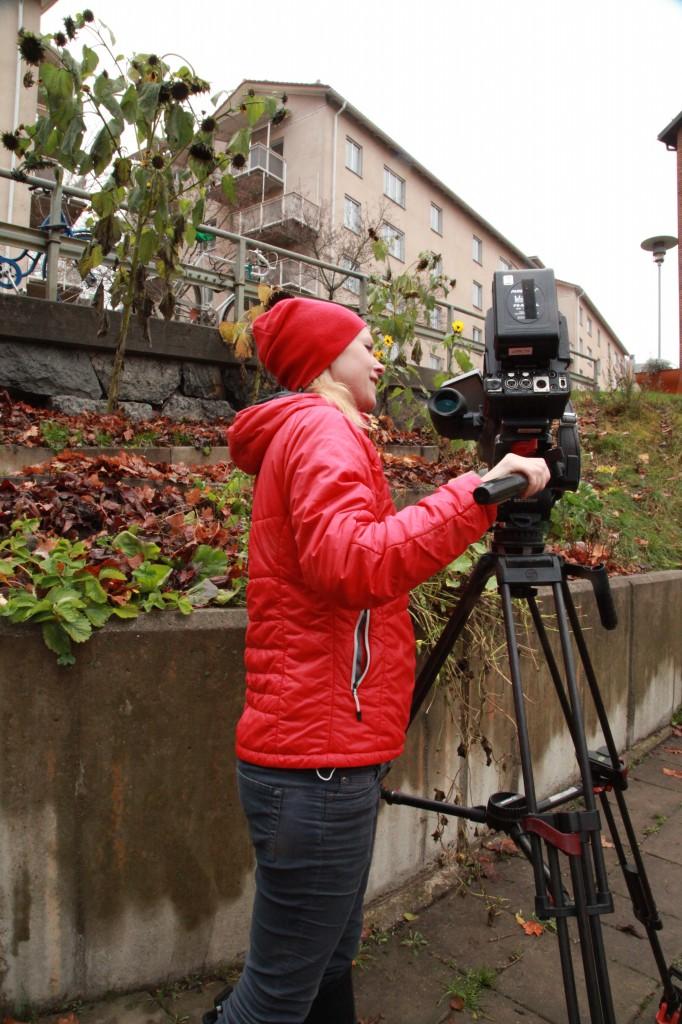 Lovisa filmar grannodlingen i brf zinken ©Ulrika Flodin Furås
