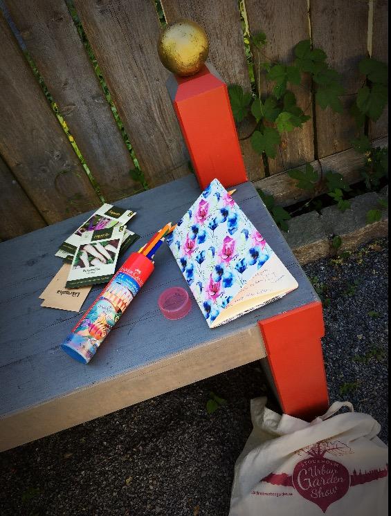Böcker och trädgårdsverktyg som ligger på ett bord