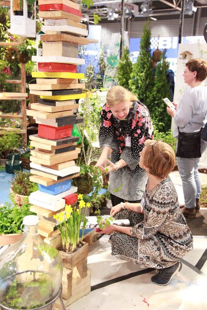böcker som står staplande ibland växter