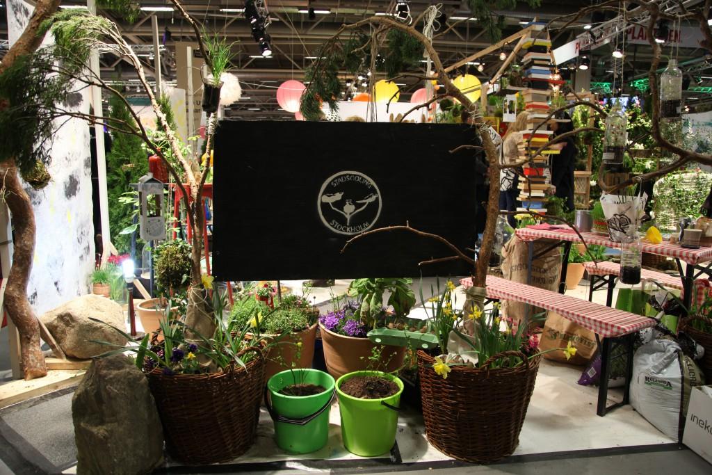 odla med staden logga omgiven utav växter