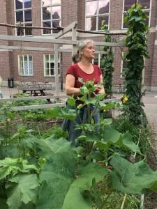 En kvinna som står mitt i Naturhistoriska riksmuseets trädgård