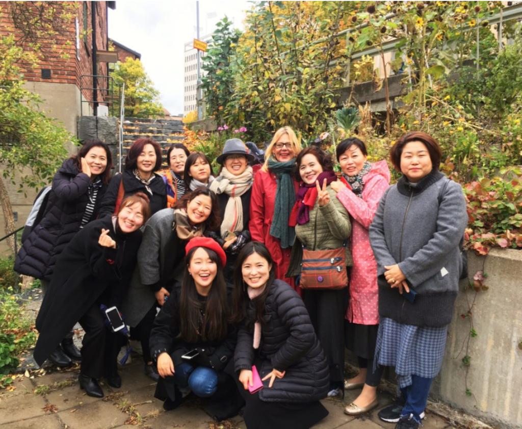 Sydkoreanska landskapsarkitekter på vandring i stadsodlingarna och koloniträdgårdarna kring Tantolunden