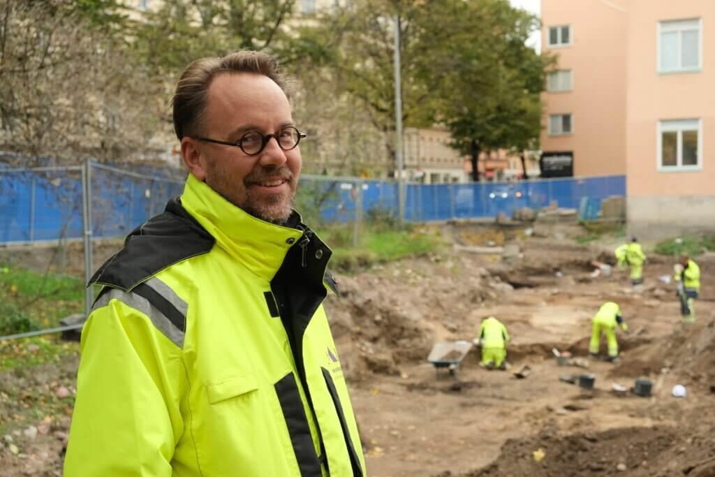 Agroarkeolog Jens Heimdal vid utgrävningarna i kvarteret Rosenlund.
